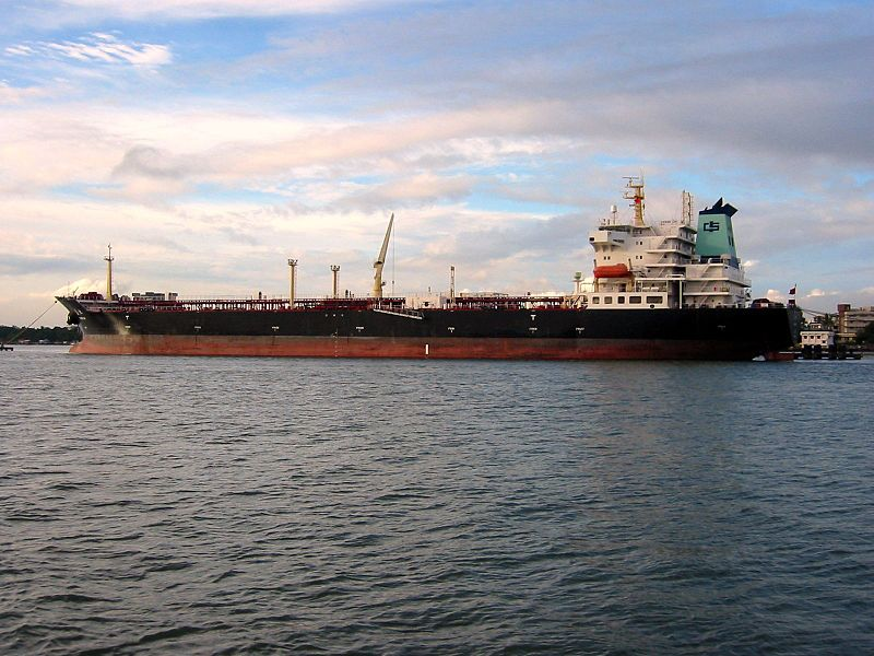 Oil_tanker_in_Japan