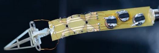 Wirelessly powered and controlled magnetic folding robot arm can grasp and bend (credit: Wyss Institute at Harvard University)