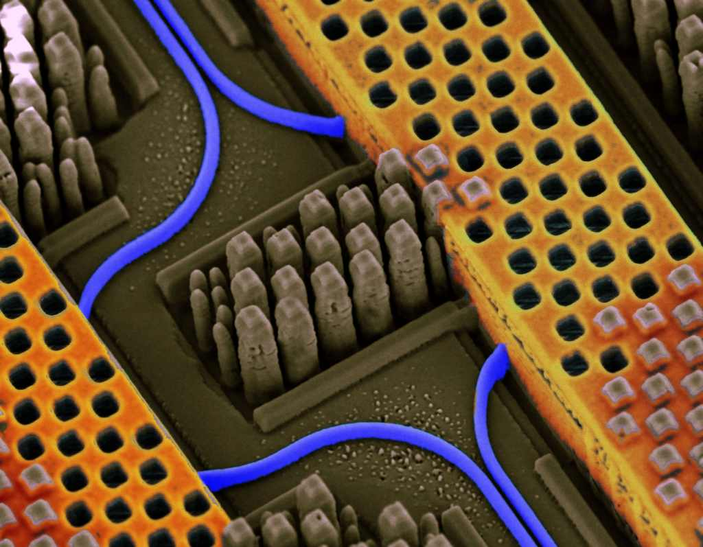 ibm_silicon_nanophotonics_chip_hway
